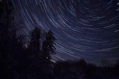 Следы звезды вечером в замороженном лесе в зиме стоковое фото rf