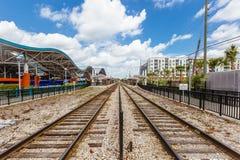 Следы и автобусная станция поезда в городском Орландо, Флориде стоковые фото