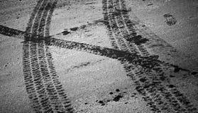 Следы и шаг автошины на асфальте Стоковые Фотографии RF