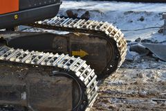 Следы крупного плана непрерывные или отслеживаемое колесо экскаватора или backhoe на поле почвы стоковые изображения rf