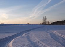Следы ноги в небе и снеге стоковые изображения rf