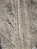 Следы ноги и следы автомобиля на пылевоздушной дороге стоковые фотографии rf