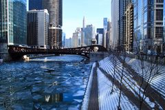 Следы ноги на покрытых снег шагах водя вниз к замороженной Реке Чикаго в январе стоковое изображение rf