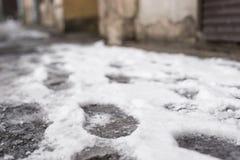 Следы ноги от ботинок в снеге на улице близкой, мягкий фокус Стоковые Фотографии RF