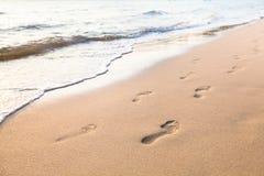 Следы ноги пар идя на пляж стоковые изображения