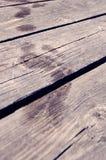 Следы ноги после влажных ног на деревянных дорожке/поле стоковые фотографии rf