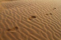 Следы ноги Barefeet на песчанной дюне Стоковая Фотография RF
