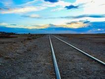 Следы поезда в пустыне Боливии Южной Америке стоковые фото