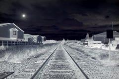 Следы поезда лунным светом бесплатная иллюстрация