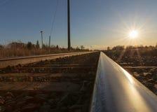 Следы поезда прерии на заходе солнца стоковое изображение rf