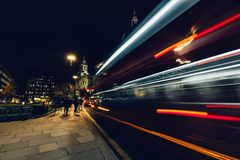 Следы света города moving красной шины Лондона на ноче стоковые фотографии rf