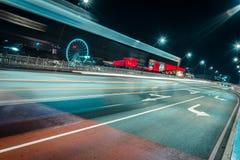Следы света на дороге в городе ночи стоковые изображения rf