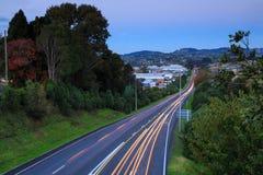 Следы света на шоссе на сумраке Стоковое Фото