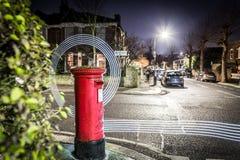 Следы Postbox и света в пригороде Лондона Стоковое Фото