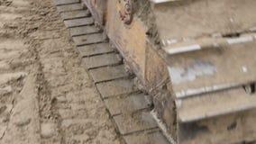 Следы ` s Crawler, машина бульдозера выравнивают строительную площадку сток-видео