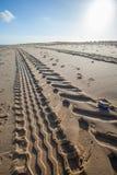 След автошины трактора пляжа в песке Перспектива и исчезая poin Стоковое Фото