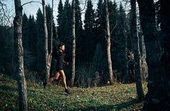 След бежать в лесе стоковая фотография rf