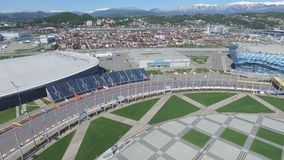 След в Сочи, олимпийская деревня формулы 1 в Сочи Строительная площадка стадиона для участвовать в гонке около городка и гор Стоковая Фотография