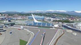 След в Сочи, олимпийская деревня формулы 1 в Сочи Строительная площадка стадиона для участвовать в гонке около городка и гор Стоковые Изображения