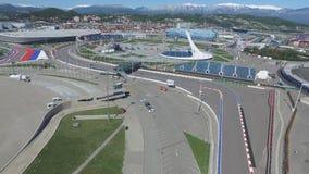 След в Сочи, олимпийская деревня формулы 1 в Сочи Строительная площадка стадиона для участвовать в гонке около городка и гор Стоковое Изображение