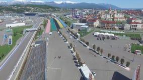 След в Сочи, олимпийская деревня формулы 1 в Сочи Строительная площадка стадиона для участвовать в гонке около городка и гор Стоковое Фото