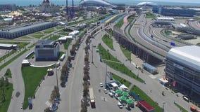 След в Сочи, олимпийская деревня формулы 1 в Сочи Строительная площадка стадиона для участвовать в гонке около городка и гор Стоковые Фотографии RF