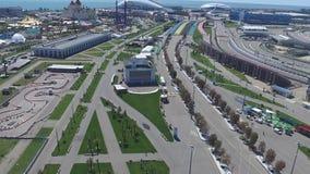 След в Сочи, олимпийская деревня формулы 1 в Сочи Строительная площадка стадиона для участвовать в гонке около городка и гор Стоковые Фото