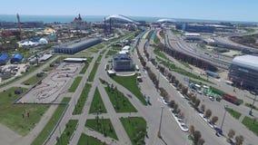 След в Сочи, олимпийская деревня формулы 1 в Сочи Строительная площадка стадиона для участвовать в гонке около городка и гор Стоковые Изображения RF