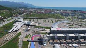 След в Сочи, олимпийская деревня формулы 1 в Сочи Строительная площадка стадиона для участвовать в гонке около городка и гор Стоковое фото RF