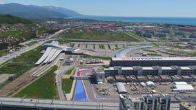 След в Сочи, олимпийская деревня формулы 1 в Сочи Строительная площадка стадиона для участвовать в гонке около городка и гор Стоковая Фотография RF