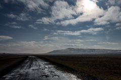 След грязной улицы/виллиса в гористых местностях стоковое фото