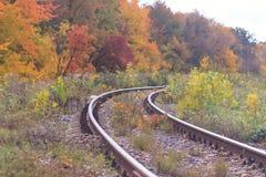 След железной дороги или трамвайной линии в красивом тумане парка осени сыроватость, яркие теплые цвета осени Стоковое Изображение