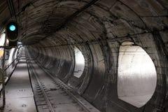 След и тоннель на станции метро Toledo Одна из нескольких станций искусства в Неаполь Италии стоковая фотография rf