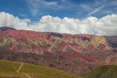 След к Hornocal, горе 14 цветов Красочные горы в Jujuy, Аргентине Стоковое Фото