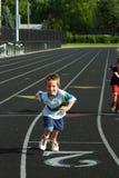 след мальчика участвуя в гонке Стоковые Изображения RF