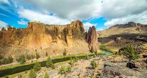 След на парке штата утесов Смита, популярная зона реки скалолазания в центральном Орегоне около Terrebonne стоковая фотография