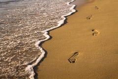 След ноги на пляже стоковые изображения rf