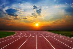 След следа спортсмена идущий с славное сценарным Стоковая Фотография RF