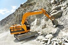 След-тип землечерпалка затяжелителя на работе горы Стоковая Фотография