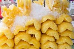 Слезли ананас в половине на продаже Стоковое Изображение RF