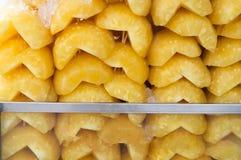 Слезли ананас в половине на продаже Стоковые Фотографии RF