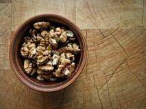 Слезли грецкие орехи в плите глины стоковые изображения rf