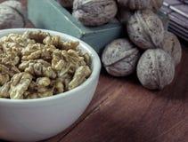 Слезли грецкий орех в белой чашке Стоковое Изображение