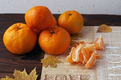 Слезли и все tangerines на старой деревянной таблице стоковое изображение rf