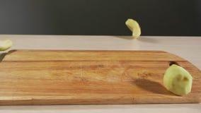 Слезли куски яблока плода падают кухонный стол slowmotion, показали крупный план акции видеоматериалы