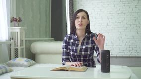 Слепая девушка использует ассистента голоса, образования инвалида и исследования видеоматериал