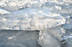 Слепимость света отразила в черепках чисто льда Стоковая Фотография RF