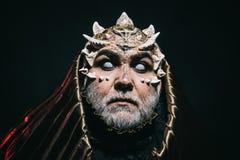 Слепой волшебник в металлическом клобуке при удивленный взгляд поглощенный концепцией темноты, волшебства и фантазии Голова демон Стоковая Фотография