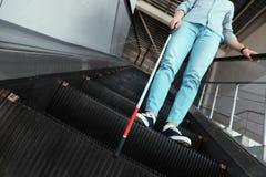 Слепой человек с длинной тросточкой на эскалаторе стоковые изображения rf