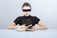 слепой читатель стоковая фотография